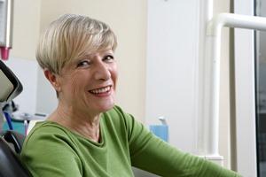 Quelle: Initiative proDente_Seniorin_Zahnersatz auf Zahnimplantaten